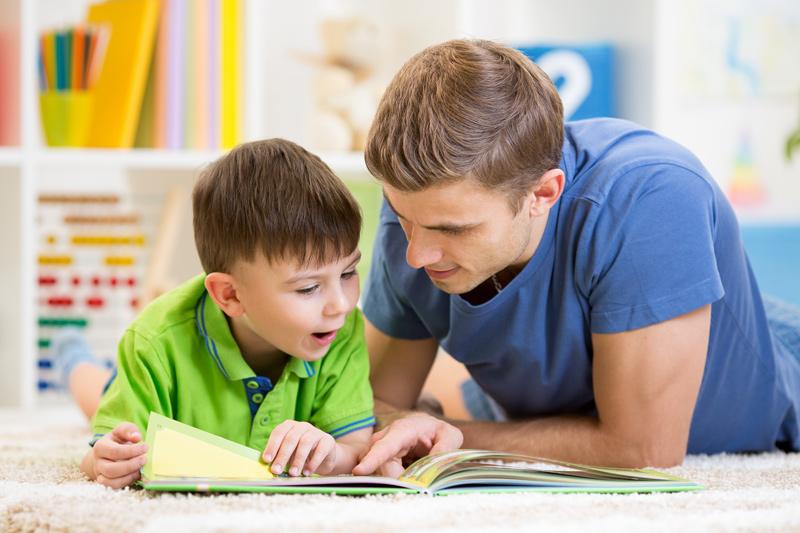 Inglês para Crianças - Pais incentivando filho a estudar